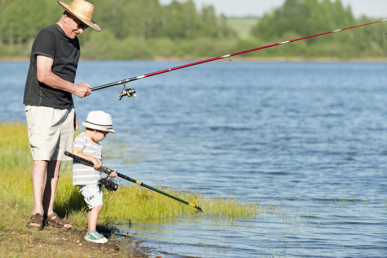 Père et fils pêchant dans un des lacs de Charlevoix